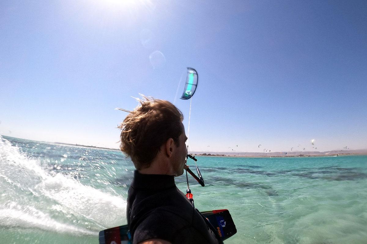 Kitesurfen in El Gouna über glasklares Wasser