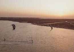 Im Sonnenuntergang beim Kitesurfen auf Djerba