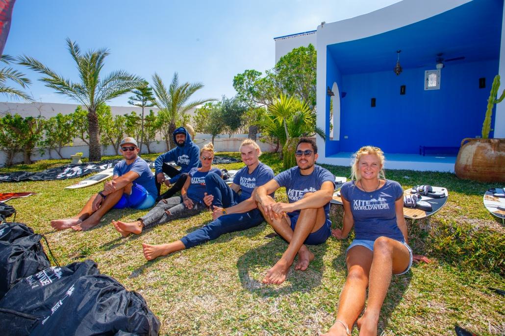 Das KiteWorldWide Team Djerba sitzt auf dem Rasen des Hotels und ist Zufrieden mit der getanen Arbeit