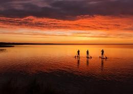 Neben dem Kitesurfen auf Djerba kann man Stand Up Paddling auf der riesigen Flachwasserlagune. im Sonnenuntergang.