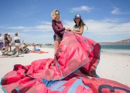 Wenn du Kitesurfen in Suedafrika lernst, wird gezeigt, wie der Kite aufgebaut wird.
