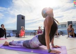 Es findet Yoga im Windtown Lagoon Hotel in Langebaan, Suedafrika statt