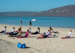 Yogastunden in Langebaan am Strand. Kitesurfen in Suedafrika