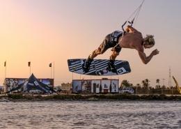 Beim kitesurfen auf Djerba mit KiteWorldWide und Linus Erdmann das Kitelevel verbessern.