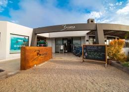 Windtown Lagoon Hotel Außenansicht zeigt EIngang ins Hotel und dem Restaurant Breeze