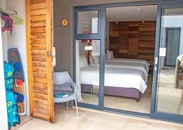Zweibettzimmer im Windtown Lagoon Hotel Sicht von der Terrasse in das Zimmer