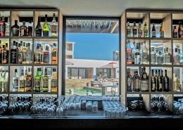 Die Windtown Lagoon Hotel Bar mit Blick auf den Poolbereich