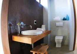 Das Waschbecken im modernen Badezimmer im Windtown Lagoon Hotel