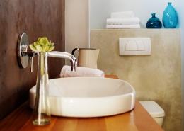 Im Badezimmer des Windtown Lagoon Hotel in Langebaan befindet sich ein modern eingerichtetes großes Badezimmer