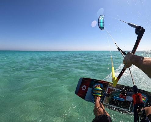 Kitesurfer in El Gouna auf der tuerkisfarbenen Lagune