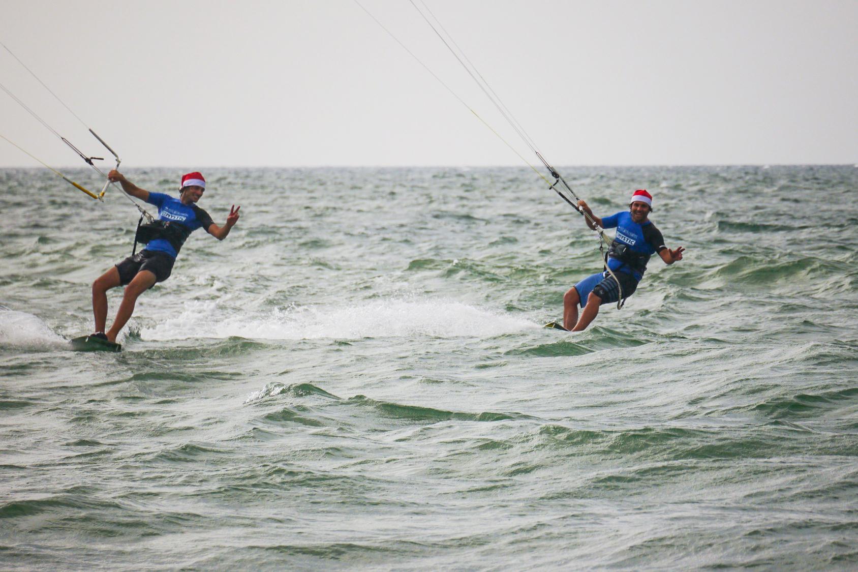 Zwei Kiter mit Weihnachtsmütze kiten auf Sri Lanka in Kalpitiya mit KiteWorldWide