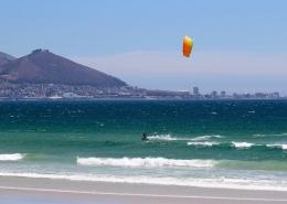 Am Sunset Beach in Kapstadt Kitesurfen gehen.