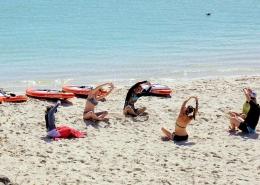 Yogastunden finden in Langebaan am Strand statt, wenn du Kitesurfen in Suedafrika buchst