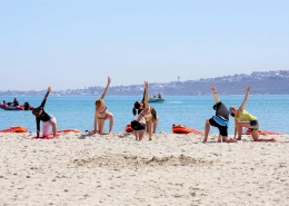 Yogaübungen finden in Langebaan am Strand statt, wenn du Kitesurfen in Suedafrika buchst