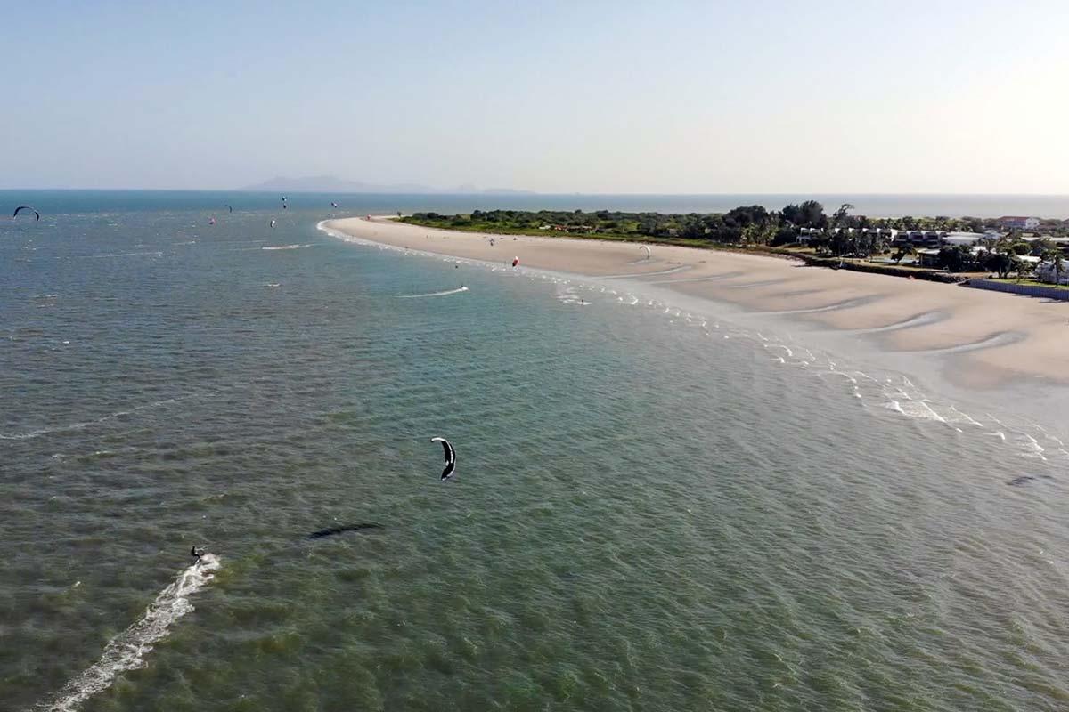 Kitesurfen in Panama vor dem Maalaea Beach Resort mit breitem Sandstrand