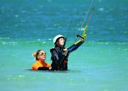 Beim Kitesurfen in Suedafrika in Langebaan lernt man per Bodydrag den Kite zu lenken