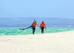 Wenn man kitensurfen in Suedafrika lernt, laeuft man oft am Strand gegen den Wind