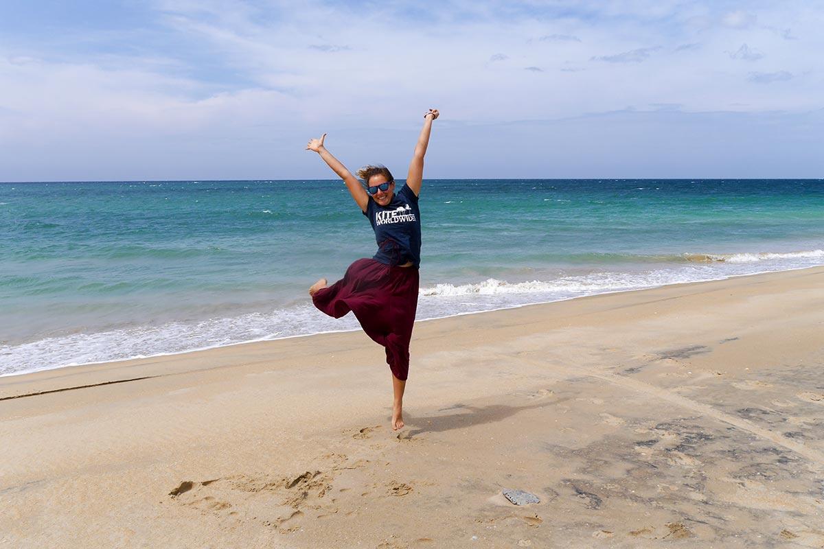 Die neue Yogalehrerin Antonia freut sich auf die Kitesurf Saison auf Sri Lanka