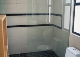 Dusche im Badezimmer im Maalaea Beach Resort