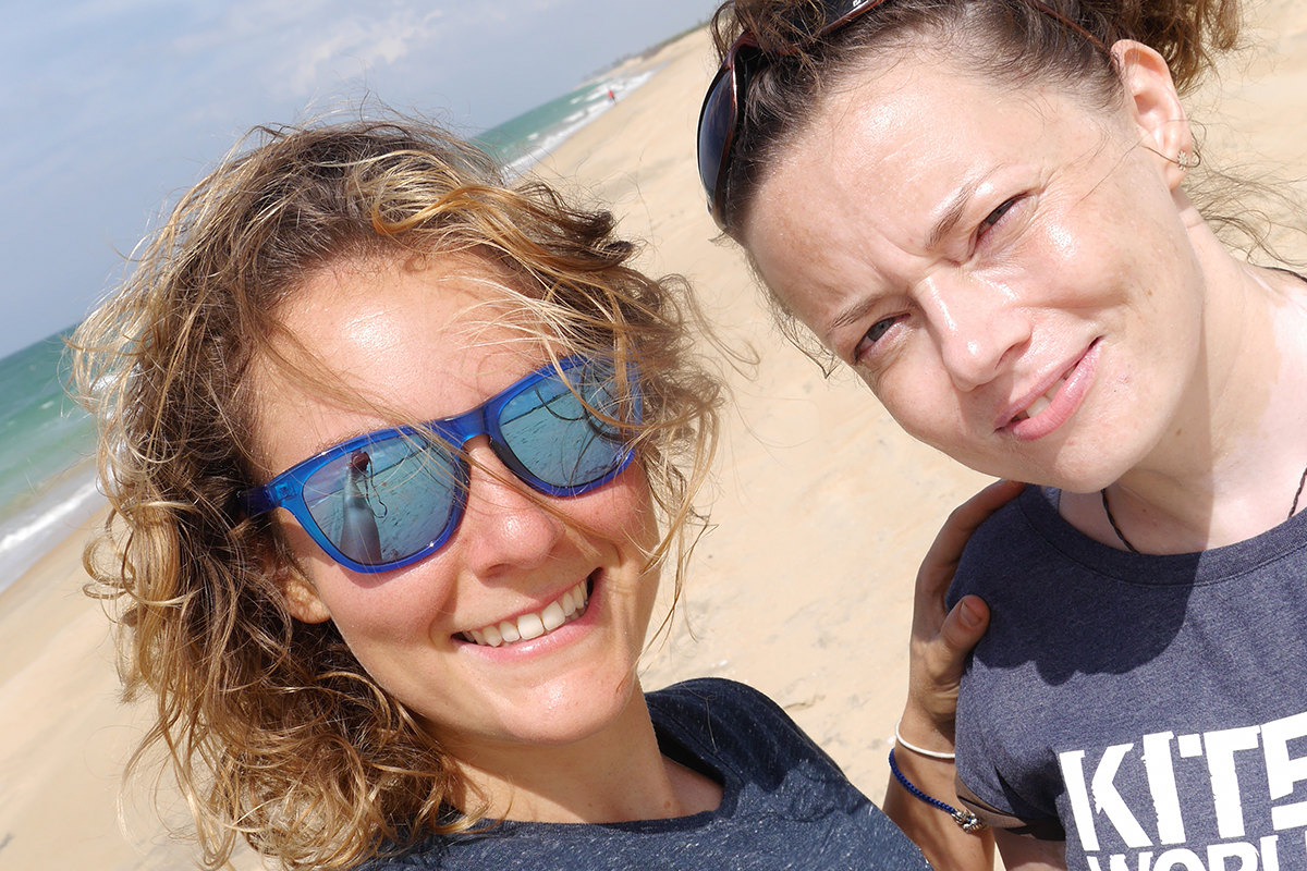 Die Yoga- und Kiteslehrerin Antonia mit Netti von KiteWorldWide am Strand auf Sri Lanka