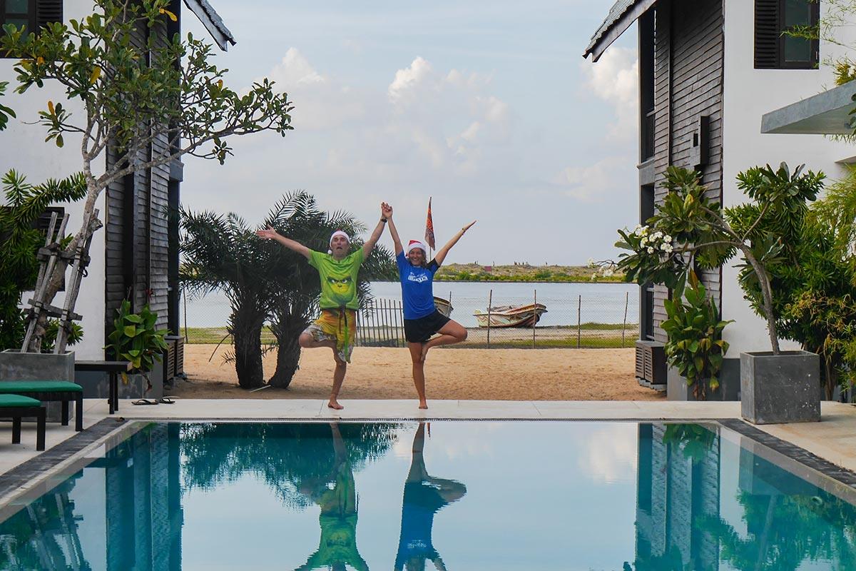Erste Yogapositionen am Pool von der KiteWorldWide Lagoon Logde