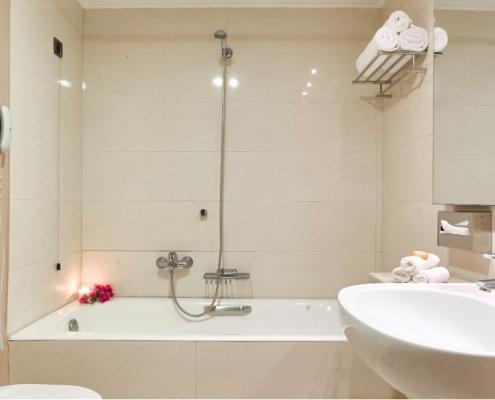 Das Badezimmer im Caravia Beach Hotel Bungalow auf Kos