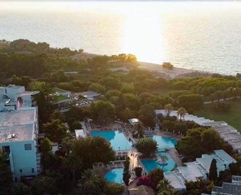 Das Caravia Beach Hotel mit Blich von oben im Sonnenuntergang