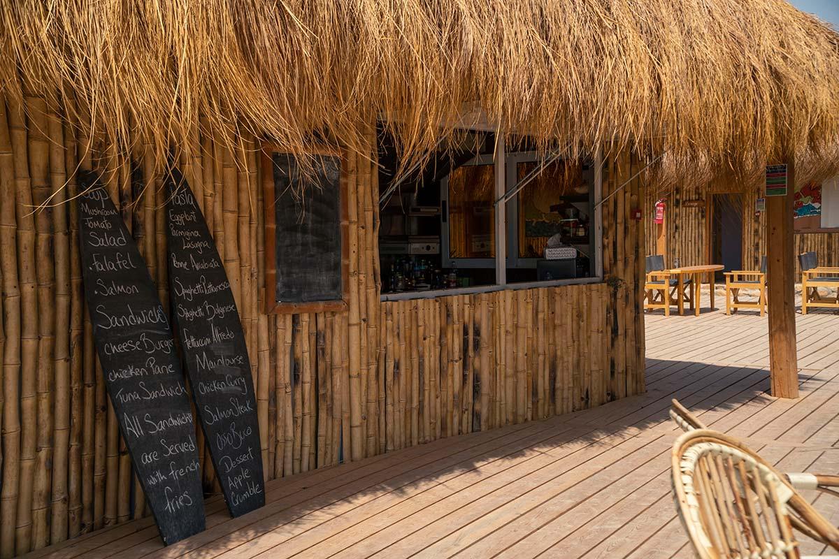 Nach dem Kitesurfen ist im Makani-Beach-Club für Stärkung an der Bar gesorgt.