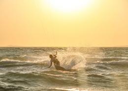 Kitesurfen in Griechenland im Sonnenuntergang