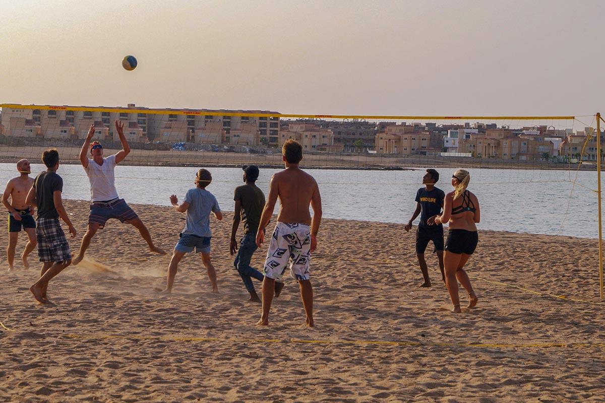 Nach dem Kitesurfen spielen alle zusammen Beachvolleyball