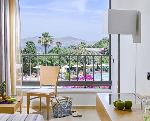 Standardzimmer im Caravia Beach Hotel mit Blick auf den Pool