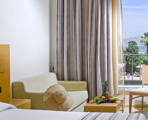 Das Standardzimmer im Caravia Beach Hotel auf Kos mit Blick auf den Pool