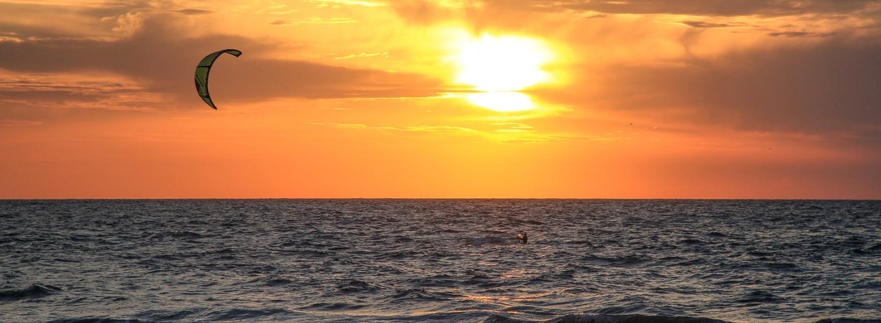 Zum Kitesurfen nach Kos, Griechenland. Mit KiteWorldWide Kitereisen erleben.