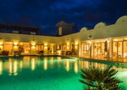 Der Pool des Hotels Jardin-de-Toumana auf Djerba bei Nacht.